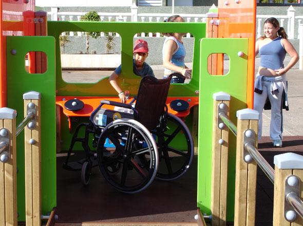 plac zabaw bez barier na zdjęciu wózek inwalidzki