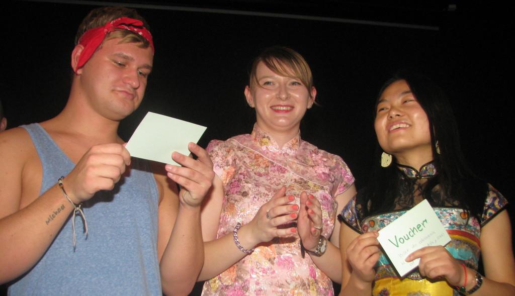 Zwycięzcy w konkursie na przebranie wraz z Zastępcą Zrzeszenia, która wręczyła nagrody. Warto zauważyć, że na imprezie była nawet integracja międzynarodowa! ;) Otóż przybyło spore grono Chińczyków :)