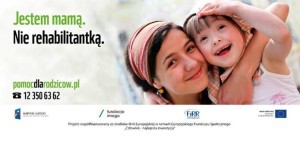 """Na zdjęciu z lewej strony napis """"Jestem mamą. Nie Rehabilitantką. W dolnej części pomocdlarodziców.pl tel. 123506362. Po prawej stronie kobieta, która trzyma na rękach dziewczynkę. Obie uśmiechnięte. Na dole loga: Kapitał ludzki narodowa strategia spójności, Fundacja Instytut Rozwoju Regionalnego, Fundacja Imago, Unia Europejska Europejski Fundusz Społeczny"""