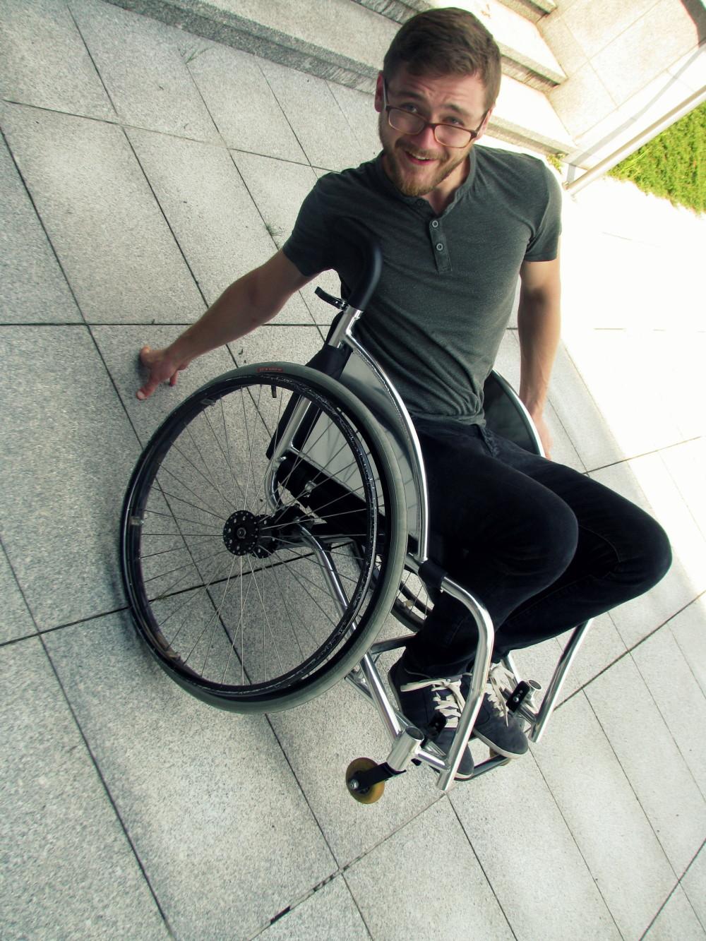 Praktyka czyni mistrzem! Po pewnym czasie wiedziałem już więcej, jak manewrować na wózku, by za bardzo się nie pokiereszować.