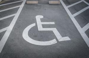Ilustracja Zdjęcie przedstawiające miejsce parkingowe oznaczone symbolem niepełnosprawności